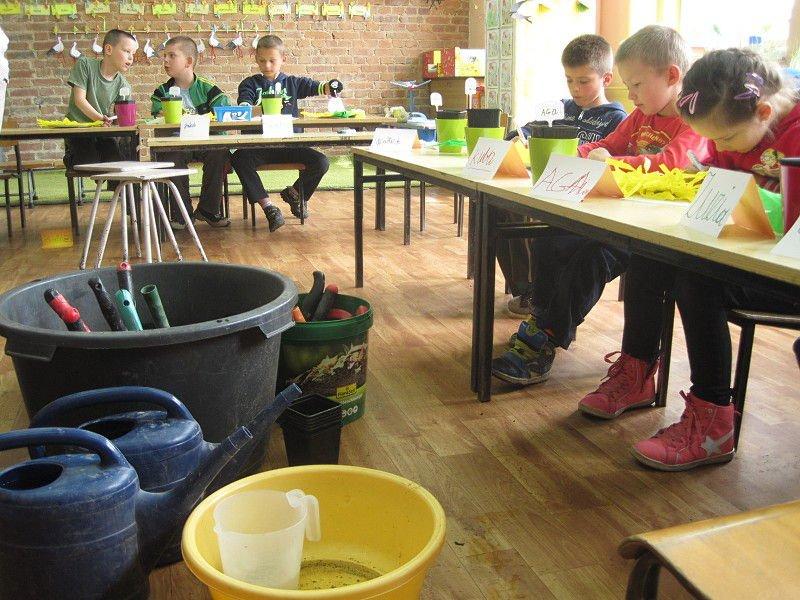 Moc kwiatów dla uczniów szkoły w Pobiednej